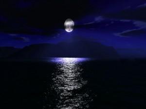 Hermosa luna sobre el mar