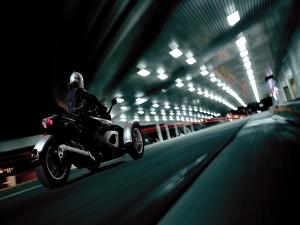 Moto BRP Can-Am Spyder circulando en un túnel