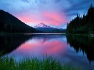 Los colores del amanecer reflejados en el lago