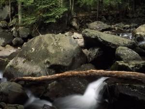Grandes rocas en el cauce de un río