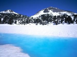 Montañas y lago cubiertos de nieve