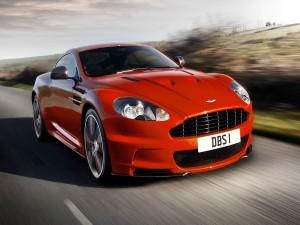 Un Aston Martin circulando por una carretera
