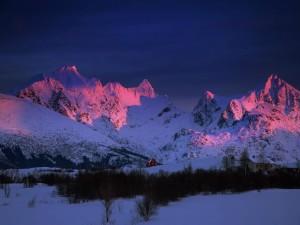 La luz del amanecer sobre las montañas blancas