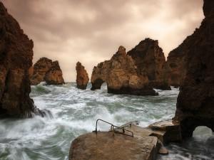 Rocas entre las olas
