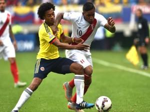 """Lucha por el balón en el partido Colombia contra Perú """"Copa América 2015"""""""