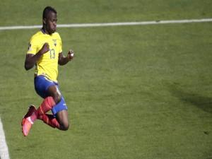 """El jugador ecuatoriano Enner Valencia saltando en la """"Copa América 2015"""""""