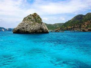 Rocas en un mar azul