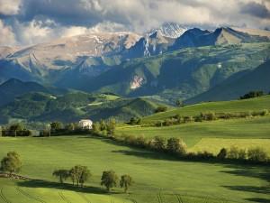 Prados verdes bajo las montañas