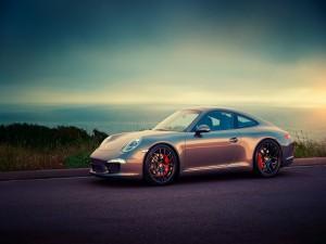 Porsche 911 en una carretera costera