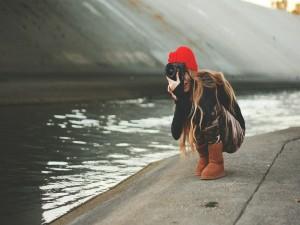 Chica haciendo una fotografía