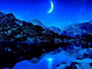 Luna sobre un lago de montaña