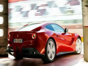 Ferrari saliendo de un garaje