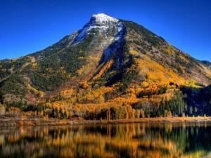 Montaña junto al agua