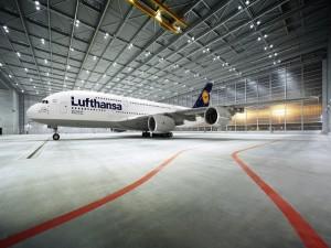 Airbus A380 de Lufthansa en un hangar