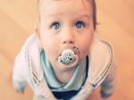 Bebé de ojos azules con un chupete