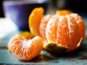 Pelando una mandarina