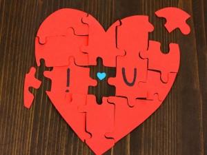 Un puzzle de corazón para enamorados