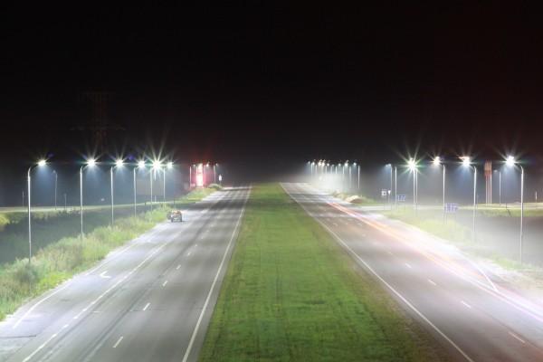 Carreteras iluminadas en la noche