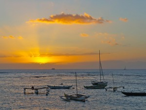Barcos en el mar al amanecer