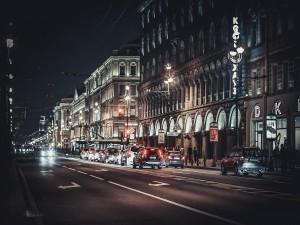 Automóviles en la noche de San Petersburgo