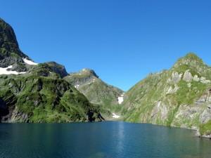 Lago azul entre las montañas verdes