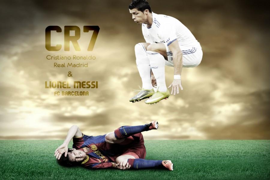 Cristiano Ronaldo (Real Madrid) saltando sobre Lionel Messi (F.C. Barcelona)