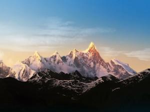 Grandes picos cubiertos de nieve