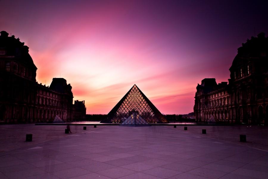 Museo del Louvre al amanecer (París, Francia)
