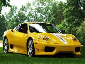 Un luminoso Ferrari amarillo sobre la hierba