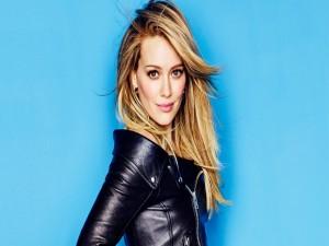 Hilary Duff con chaqueta negra