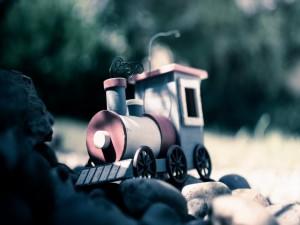 Tren de juguete sobre unas piedras