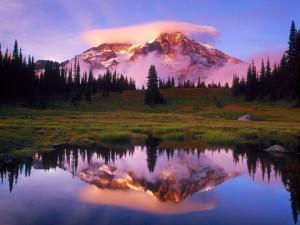 Montaña y nube reflejadas en el lago