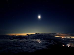 Luna brillando sobre las nubes
