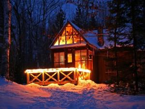Casa iluminada en invierno