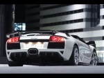 Parte trasera de un Lamborghini blanco