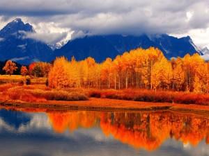 El otoño reflejado en un lago