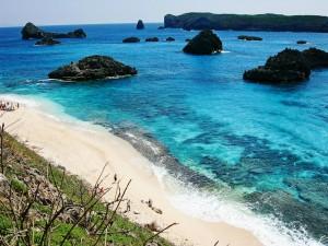Rocas en el mar junto a una playa
