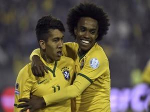 """Roberto Firmino y Willian (Brasil) durante la """"Copa América Chile 2015"""""""