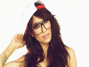 Alie Layus con gorra y gafas