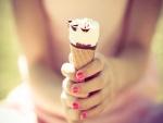 Sosteniendo un helado de cucurucho