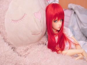 Muñeca con largo pelo rojizo