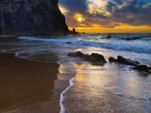 Playa rocosa vista al amanecer