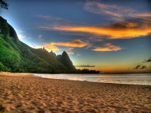 Montañas verdes junto a una playa