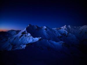 Montañas en la noche