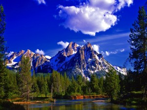 Montañas con restos de nieve a la llegada de la primavera