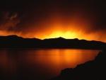 Luz del amanecer reflejada en el lago