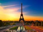 Bonito amanecer sobre la Torre Eiffel (París)