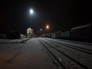 Noche invernal en la estación de tren