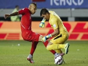 """Guerrero (Perú) y Quiñonez (portero de Bolivia) luchando por el balón """"Copa América 2015"""""""
