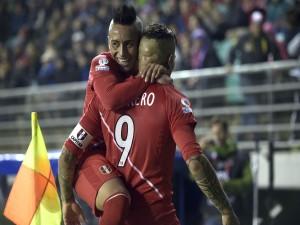 "Abrazo a Gerrero (Perú) tras meter un gol a Bolivia ""Copa América Chile 2015"""